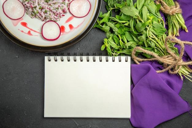 Vista de cima em close-up um prato apetitoso um prato apetitoso verduras com caderno de corda