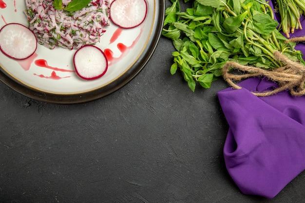Vista de cima em close-up um prato apetitoso um prato apetitoso verduras com corda na toalha de mesa