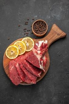 Vista de cima em fatias de carne fresca com rodelas de limão. cozinhar refeição de carne