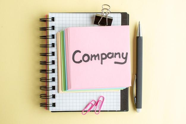 Vista de cima empresa escrita nota com papel colorido notas sobre luz superfície bloco de notas trabalho caneta escola escritório negócios trabalho caderno dinheiro banco cores