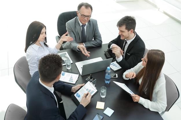 Vista de cima. equipe de negócios discutindo um problema com uma empresa. escritório nos dias de semana