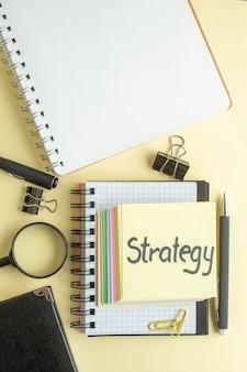 Vista de cima estratégia nota escrita junto com pequenas notas de papel coloridas sobre fundo claro bloco de notas trabalho caneta escola escritório cor trabalho caderno