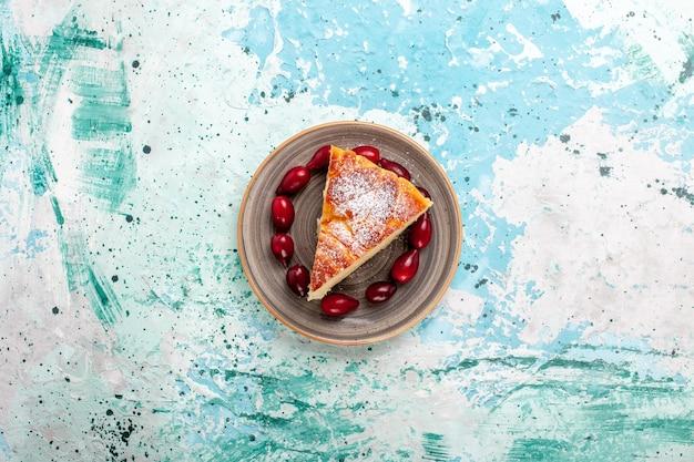 Vista de cima fatia de bolo com dogwoods vermelhos frescos em superfície azul claro bolo de frutas assar torta biscoito doce