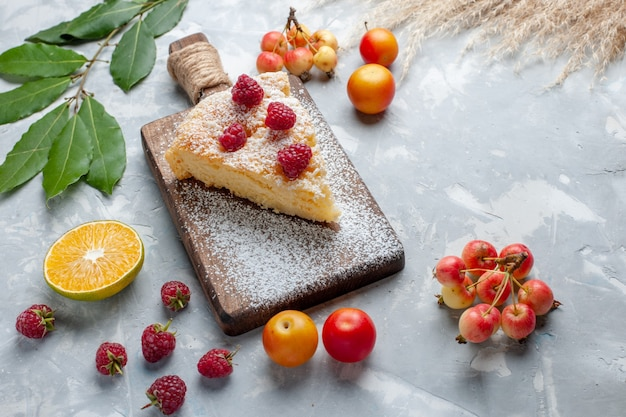 Vista de cima fatia de torta deliciosa e saborosa com frutas na mesa branca, biscoito torta doce com açúcar