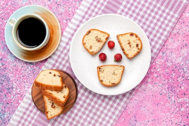 Vista de cima fatias de bolo com morangos dentro do prato com café na superfície rosa bolo assar biscoito doce açúcar foto colorida