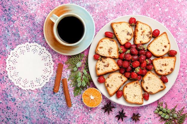 Vista de cima fatias de bolo com morangos vermelhos frescos e xícara de café na mesa rosa bolo assar biscoito doce cor torta biscoito de açúcar