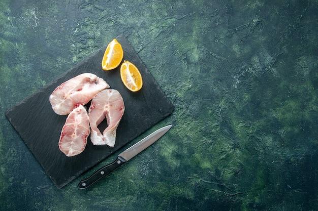 Vista de cima fatias de peixe fresco em fundo escuro oceano carne frutos do mar refeição prato comida pimenta cru espaço livre