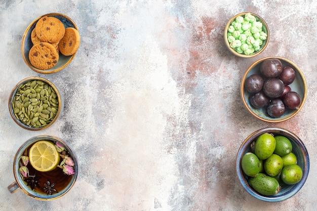 Vista de cima frutas frescas com uma xícara de chá