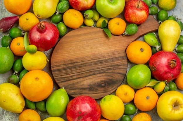 Vista de cima frutas frescas diferentes frutas maduras e maduras em fundo branco