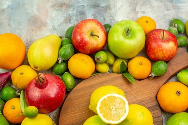 Vista de cima frutas frescas diferentes frutas maduras e maduras no fundo branco cor da baga dieta saudável saborosa