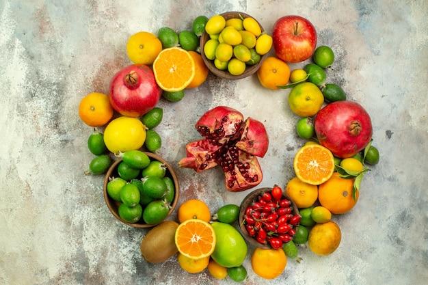 Vista de cima frutas frescas diferentes frutas suaves em fundo branco saúde árvore cor baga cítricos maduros