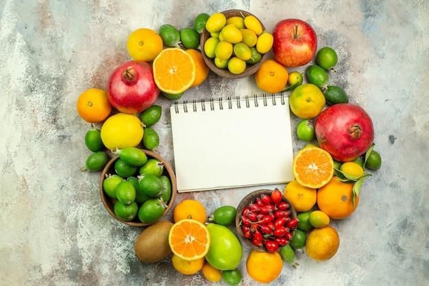 Vista de cima frutas frescas diferentes frutas suaves em fundo branco saúde árvore cor saboroso frutas cítricas maduras