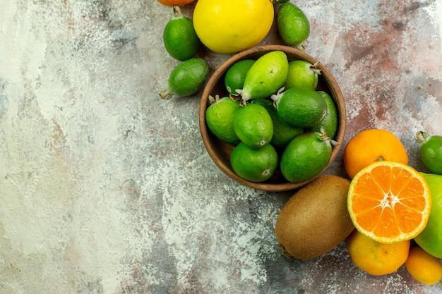 Vista de cima frutas frescas diferentes frutas suaves no fundo branco árvore saborosa dieta madura cor baga cítrica