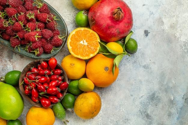 Vista de cima frutas frescas diferentes frutas suaves no fundo branco saúde árvore cor saboroso frutas cítricas maduras