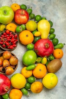 Vista de cima frutas frescas diferentes frutas suaves no fundo branco