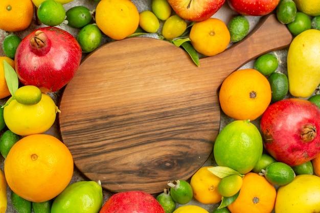 Vista de cima frutas frescas diferentes maduras e maduras em fundo branco