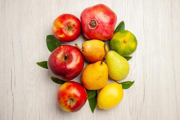 Vista de cima frutas frescas maçãs, pêras e outras frutas na mesa frutas maduras cor de árvore madura, muitas frescas