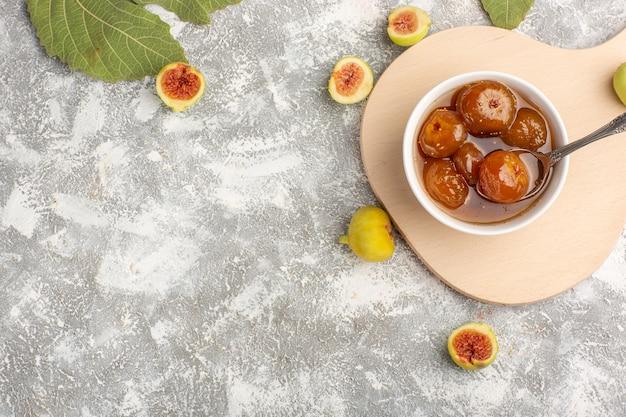 Vista de cima, geléia de figos doces com figos frescos na mesa branca