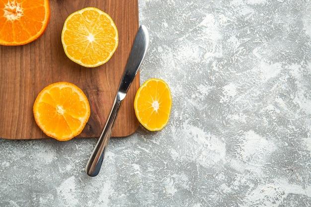 Vista de cima laranjas frescas fatiadas cítricos suaves na superfície branca frutas maduras exóticas frescas tropicais
