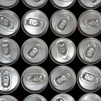 Vista de cima, latas de alumínio com uma bebida
