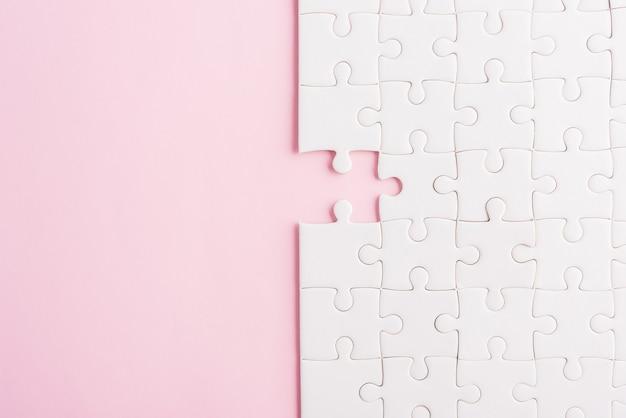 Vista de cima, lay-out plana de papel, textura de jogo de quebra-cabeça branco simples, últimas peças para resolver e colocar