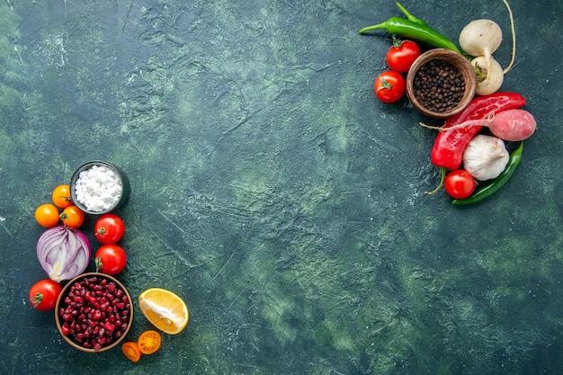 Vista de cima legumes frescos com temperos em fundo escuro refeição saudável salada comida foto colorida dieta