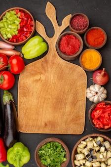 Vista de cima legumes frescos com temperos no fundo cinza pimenta picante salada vegetal