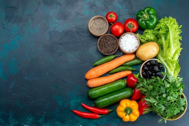 Vista de cima legumes frescos com verduras no fundo azul escuro salada lanche comida vegetal