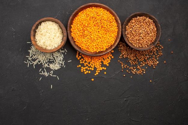 Vista de cima lentilha crua fresca com trigo sarraceno no espaço escuro