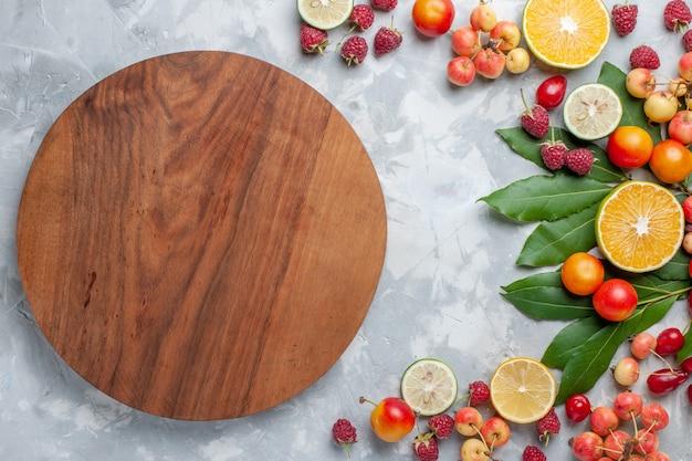Vista de cima, limões e cerejas, frutas frescas na mesa de luz frutas vitamina madura fresca