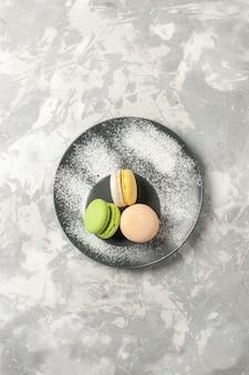 Vista de cima macarons franceses bolinhos deliciosos na superfície branca biscoito bolo de açúcar torta doce chá biscoitos
