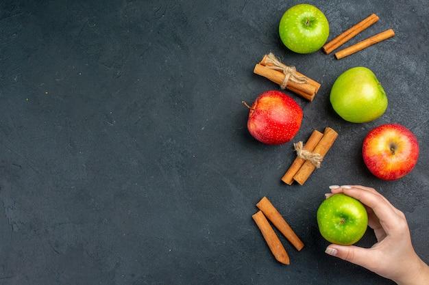 Vista de cima, maçãs frescas, canela, pau, maçã, mão feminina, escuro, superfície, espaço livre