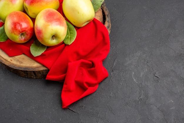 Vista de cima maçãs frescas frutas maduras em tecido vermelho e mesa cinza frutas frescas maduras