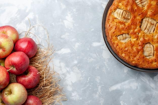 Vista de cima maçãs frescas maduras e maduras com torta de maçã no chão branco frutas maduras suco de cor madura