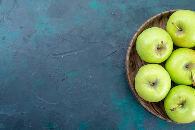 Vista de cima maçãs verdes frescas e maduras na mesa azul-escura