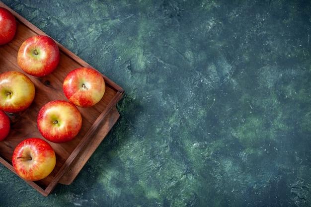 Vista de cima maçãs vermelhas frescas em fundo escuro cor fruta saúde árvore pêra verão maduro maduro espaço livre