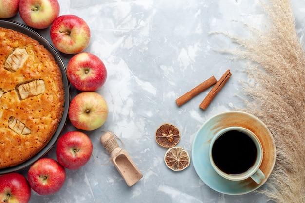 Vista de cima, maçãs vermelhas frescas, formando um círculo com torta de maçã e chá no fundo branco vitamina madura fresca de frutas