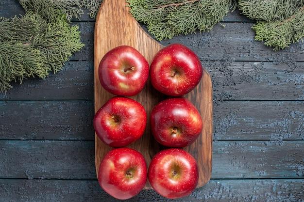 Vista de cima, maçãs vermelhas frescas, frutas maduras e maduras em plantas de mesa azul-escuras, frutas frescas, muitas vitaminas vermelhas