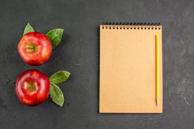 Vista de cima, maçãs vermelhas frescas, frutas maduras no chão escuro, frutas vermelhas frescas maduras