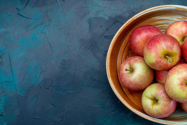 Vista de cima maçãs vermelhas frescas suculentas e maduras em fundo azul escuro frutas maduras frescas