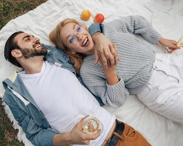 Vista de cima, marido e mulher fazendo um piquenique juntos