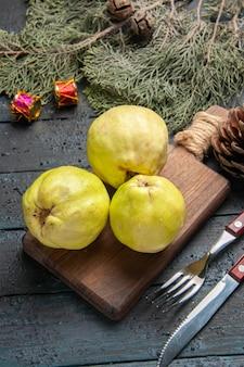 Vista de cima marmelos maduros frescos frutas ácidas em azul escuro mesa rústica planta fresca frutas maduras muitas árvores