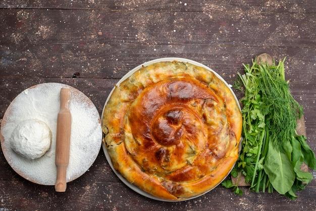 Vista de cima massa cozida com verduras e massa na mesa de madeira marrom comida refeição pão foto