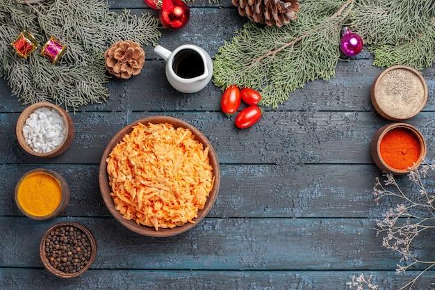 Vista de cima massa moída cozida com temperos na mesa azul escura massa de massa para cozinhar prato cor