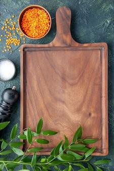 Vista de cima mesa de madeira marrom na superfície azul escura cozinha antiga açougueiro carne faca de cozinha comida
