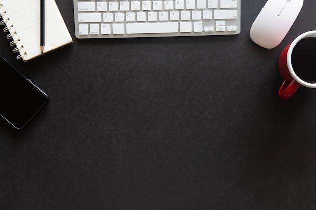 Vista de cima mesa preta escritório com espaço de cópia para entrada de texto em plano plano