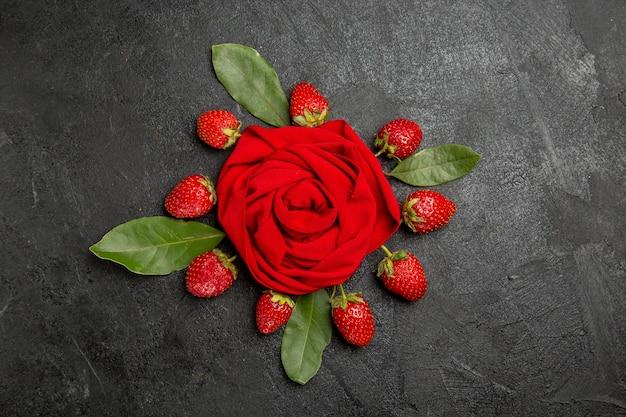 Vista de cima, morangos frescos e vermelhos na mesa escura, frutas, baga, cor madura