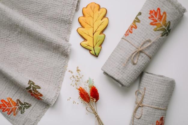 Vista de cima na mesa com toalhas de linho de cozinha com flores e folhas de outono