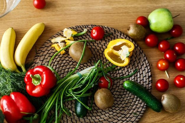 Vista de cima na mesa da cozinha com legumes e frutas
