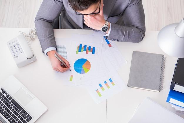 Vista de cima no empresário trabalhando em gráficos de negócios